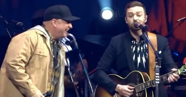 Justin Timberlake Fangirls Over Garth Brooks as They Sing a Duet
