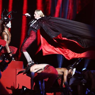 Madonna Tombe aux Brit Awards