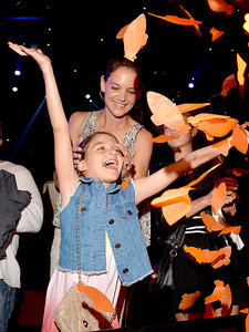 Suri Cruise Is All Smiles with Mom Katie Holmes at Kids' Choice Awards (PHOTO)