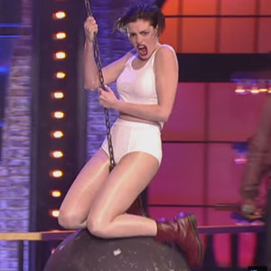 "Anne Hathaway Performs ""Wrecking Ball"" on Lip Sync Battle"