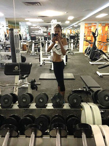 Zoë Saldana Shows Off Her Incredible Abs in Gym Selfie: 'Mommies We Can All Do It'