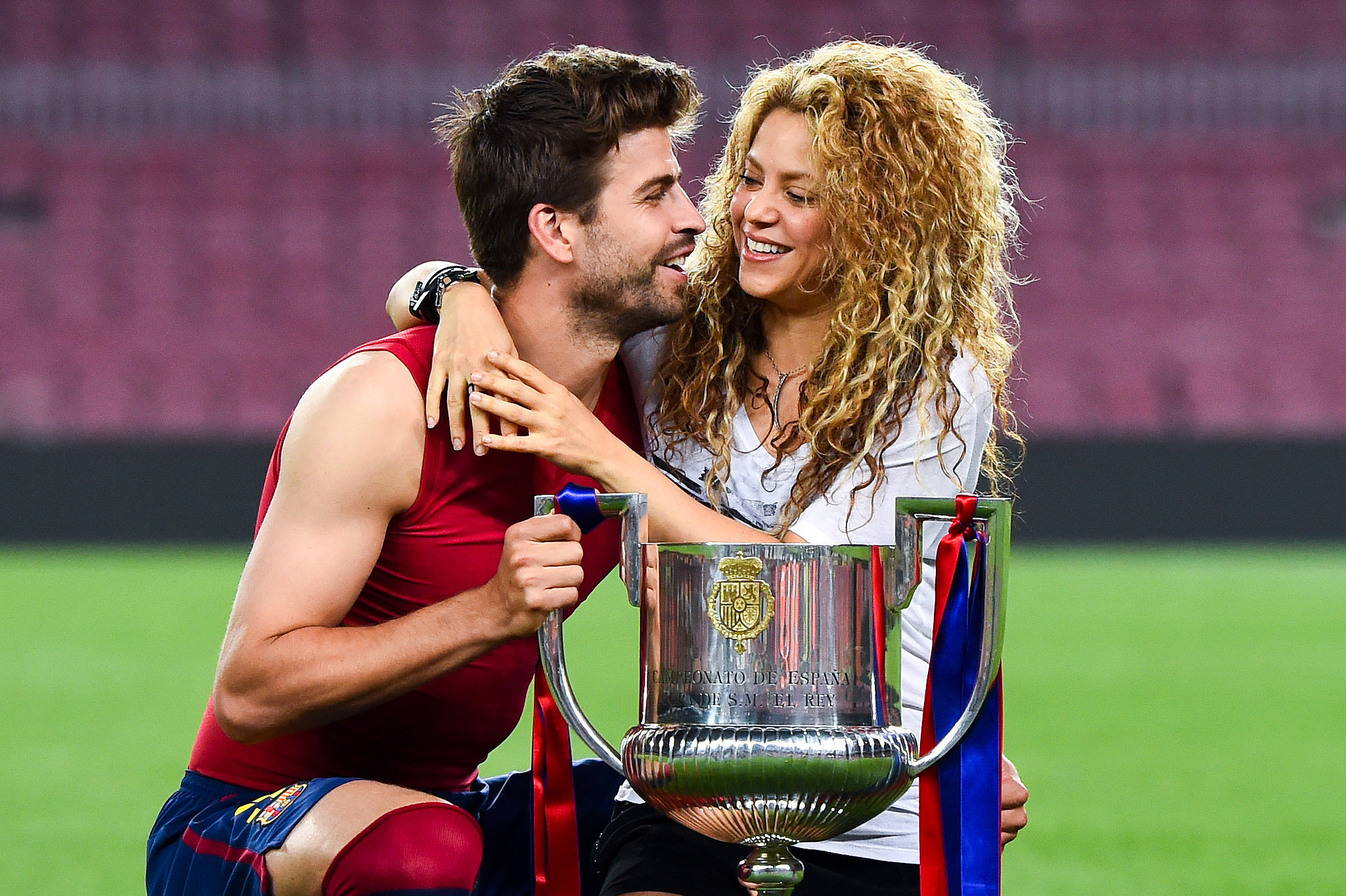 who is shakira dating soccer player