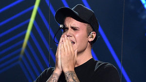 What Was Selena Gomez Doing While Justin Bieber Sobbed at the VMAs?