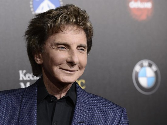 Barry Manilow Suffers Surgery Complications