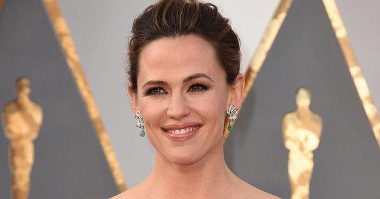 Jennifer Garner Steps Out Solo On The Oscars Red Carpet ... And Kills It