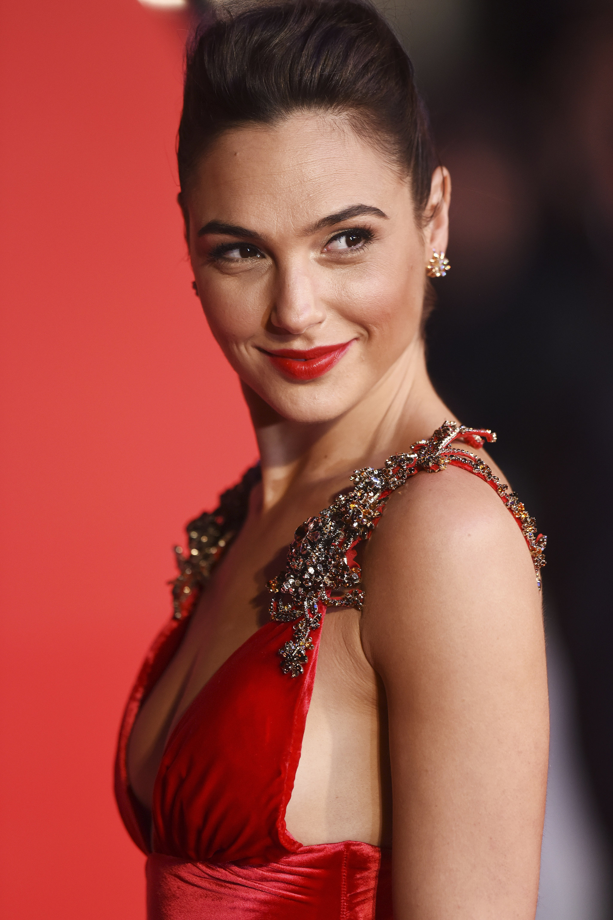 Gal Gadot >> Gal Gadot Looks Straight Up Like Wonder Woman on This Red ...