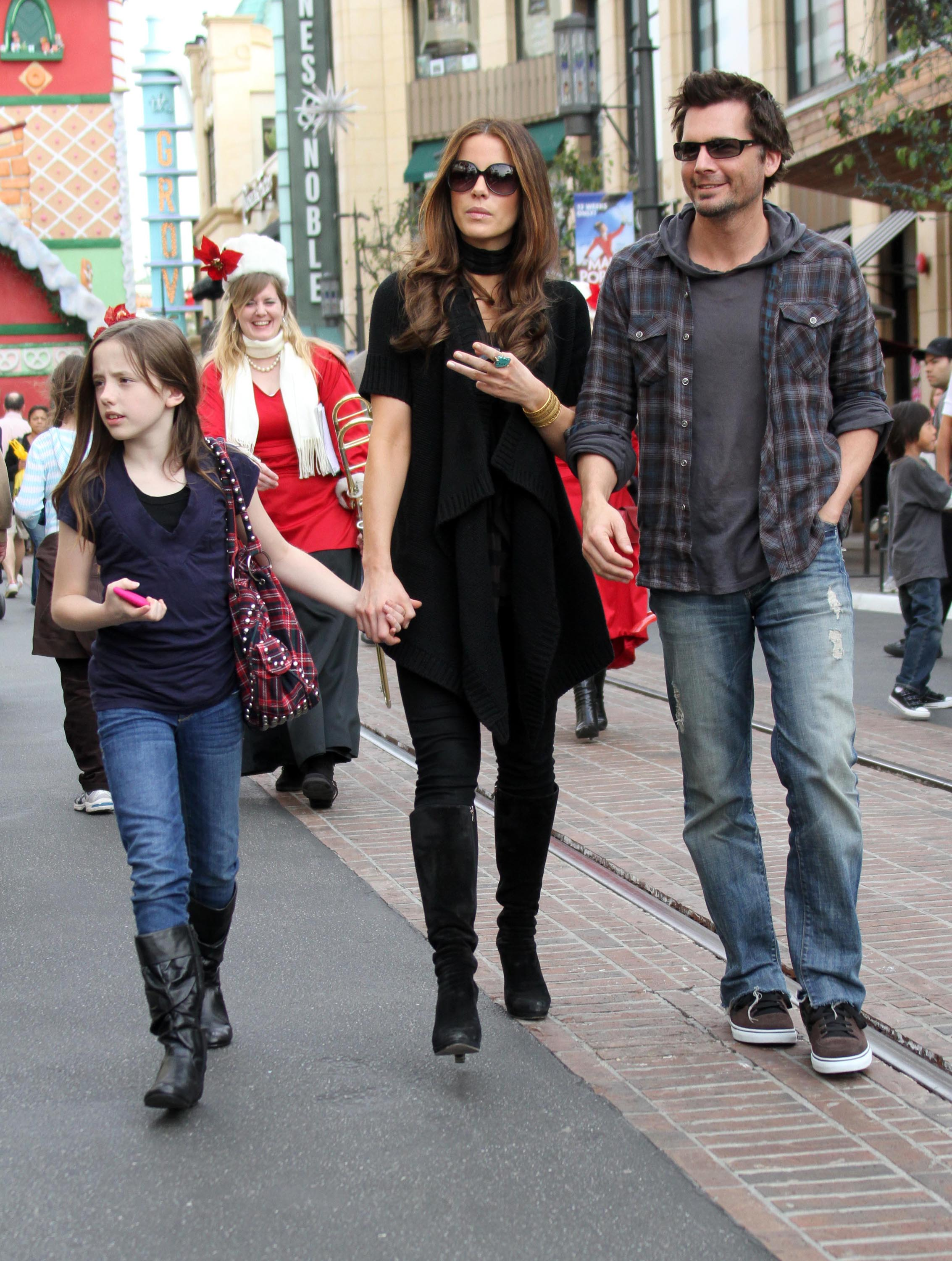 Photos Of Kate Beckinsale Shopping In La With Len Wiseman And Lily Sheen Popsugar Celebrity