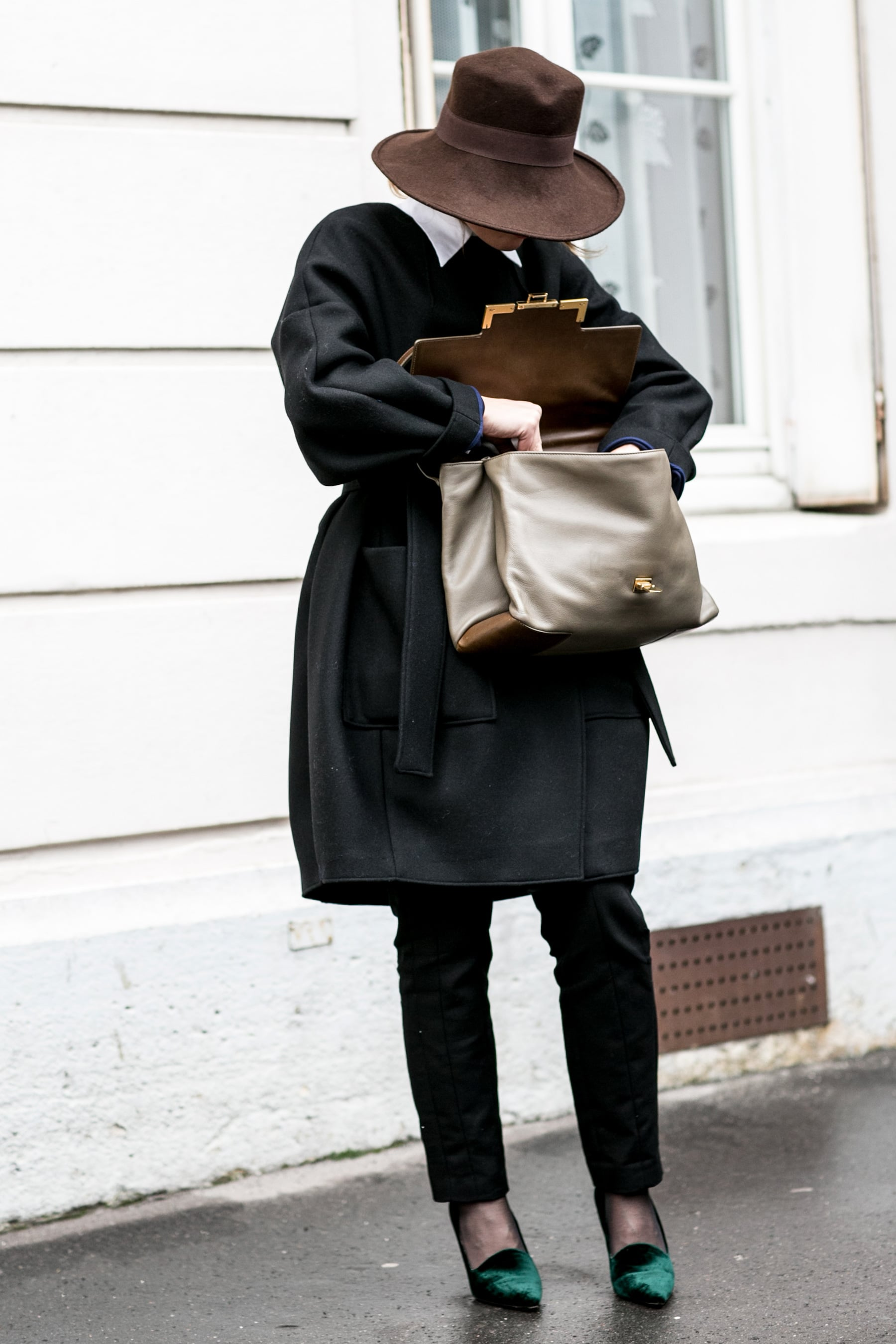 Even without seeing her face, this woman's captivated us with one of the chicest ensembles.