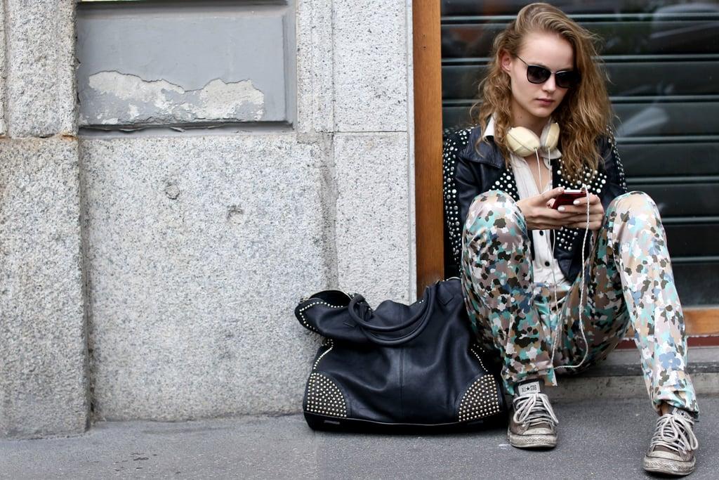 A street-savvy dress code in walkable Converse, headphones, and printed denim.