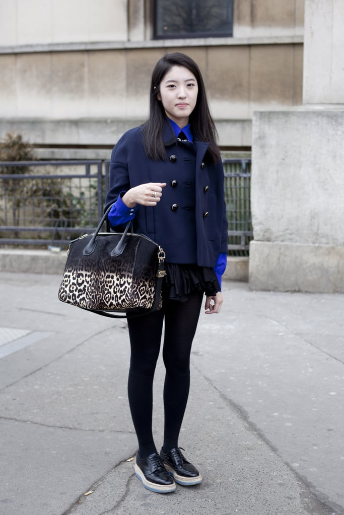 We love how she paired an ombré exotic printed bag with ultracasual layers.