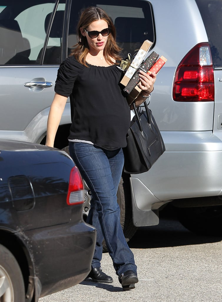 Jennifer Garner returned to her car with three holiday gifts.