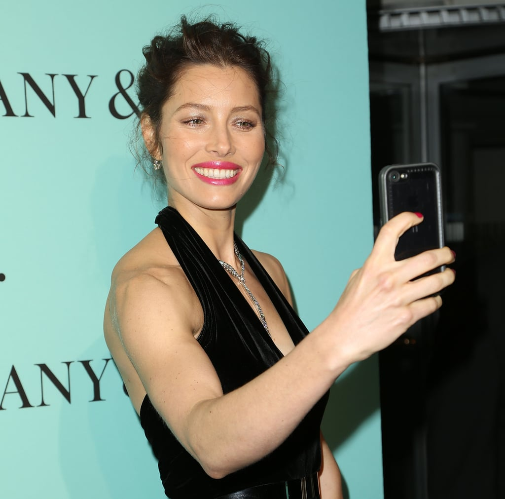 Jessica also got in on the selfie fun on the red carpet.
