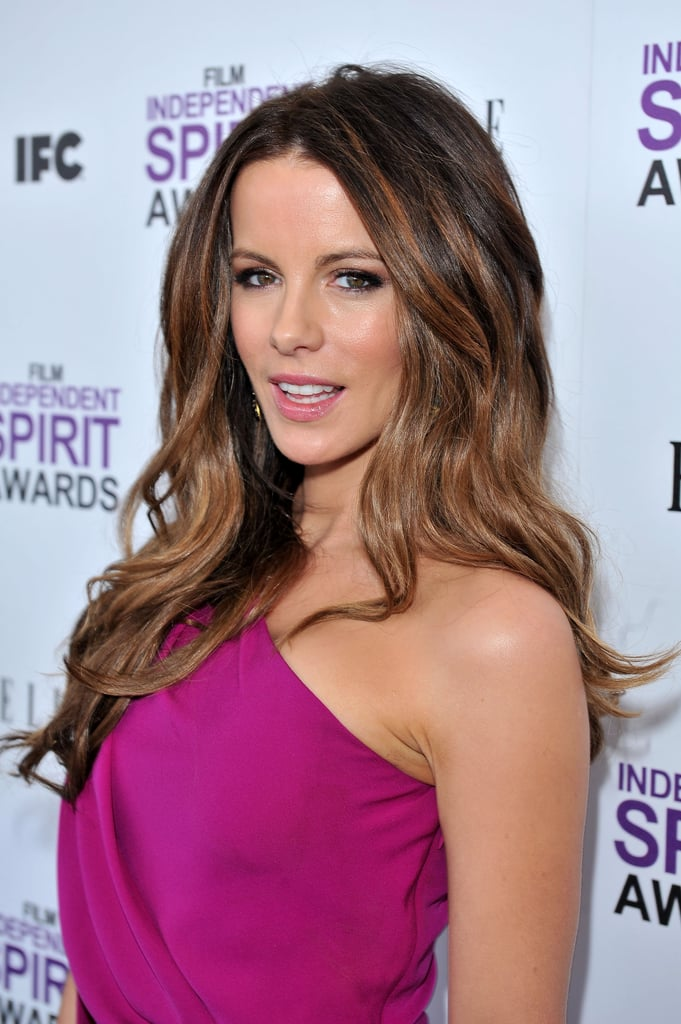 In February 2002, Kate Beckinsale posed in a one-shoulder ensemble for the Film Independent Spirit Awards.