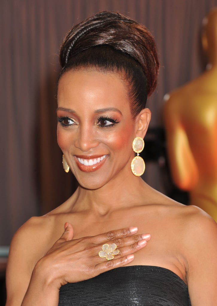 Shaun Robinson's oversize bun mimicked the shape of her gorgeous drop earrings.