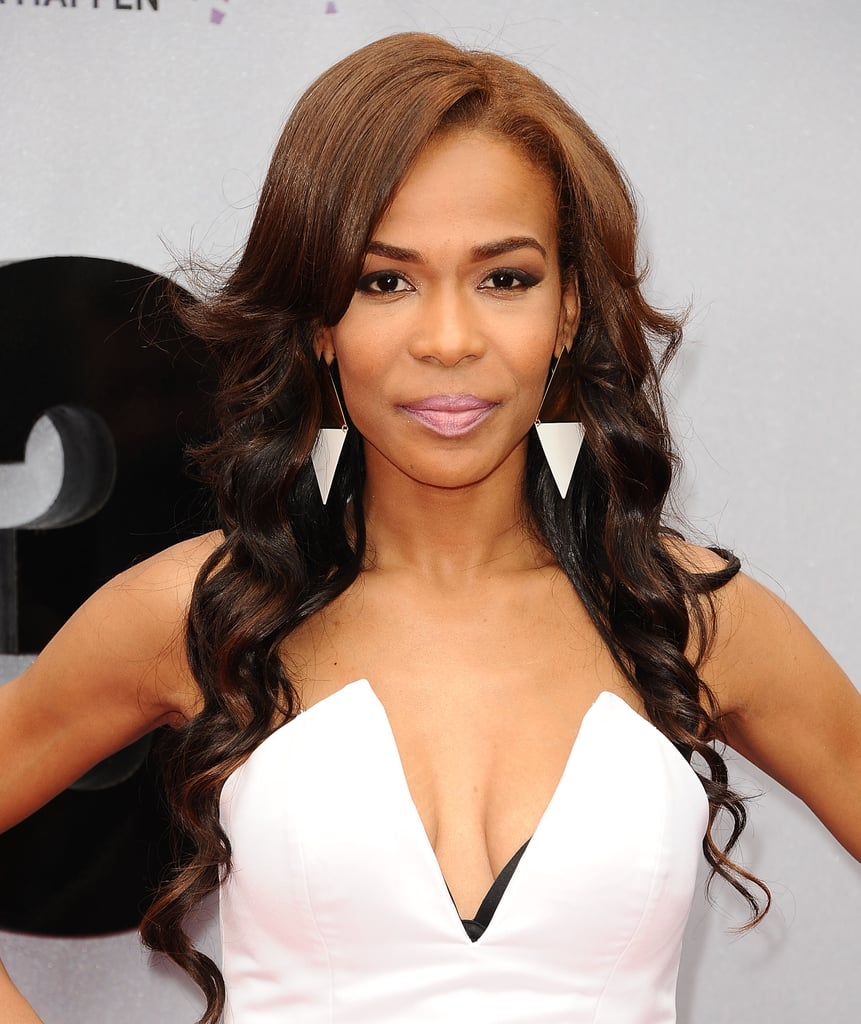 Michelle Williams sported reverse ombré hair color with a frosted pink lip hue and subtle smoky eye.