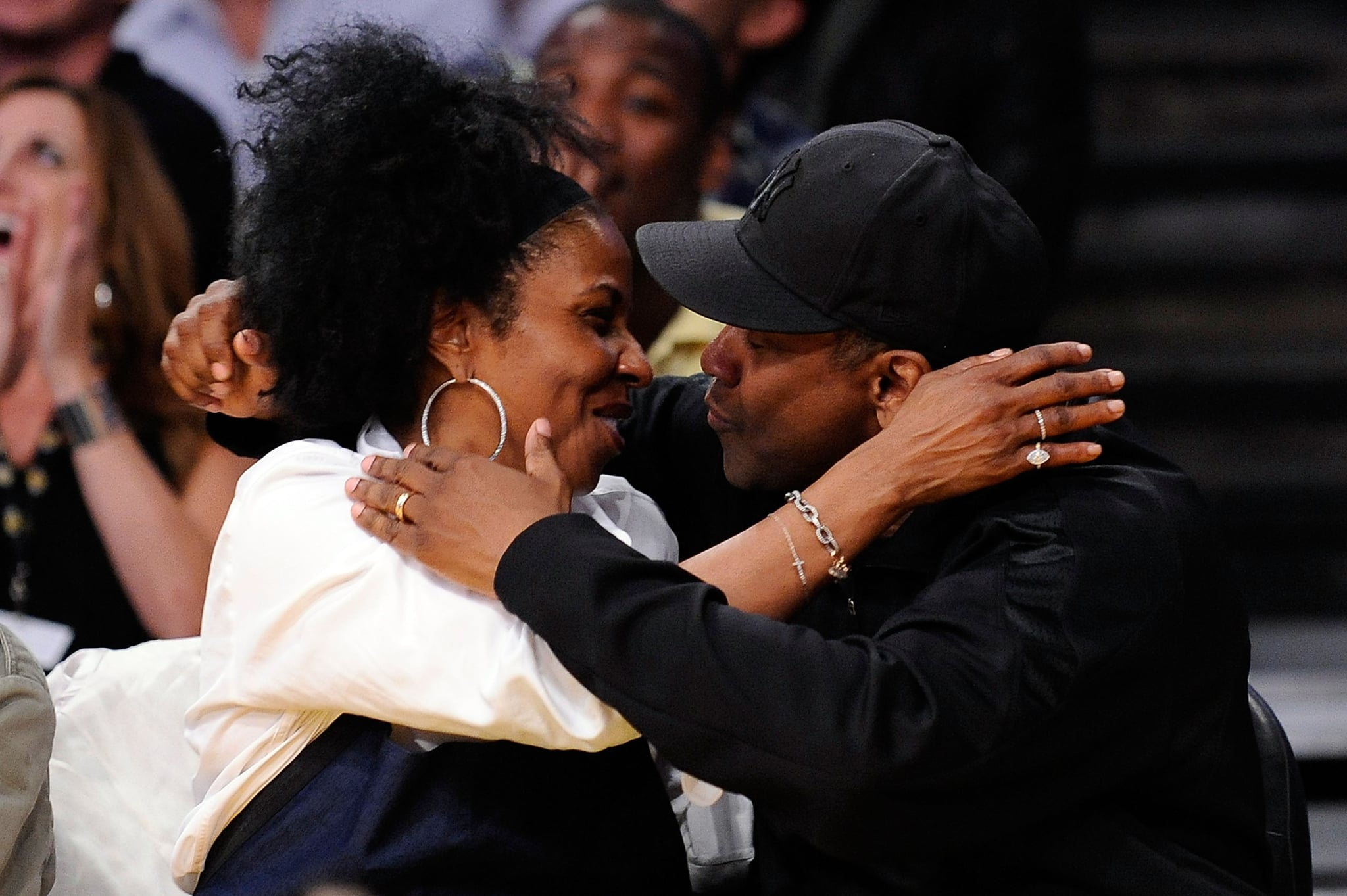 Denzel Washington embraced wife Pauletta for the kiss cam at a Lakers game.