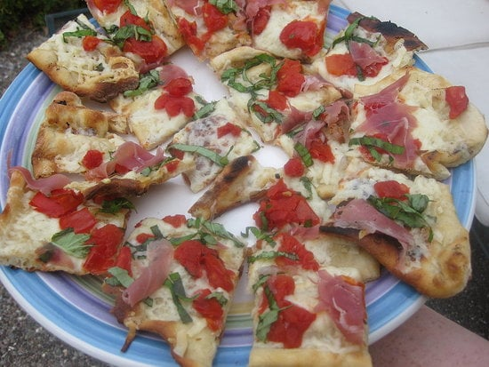 Grilled Fontina and Prosciutto Pizza