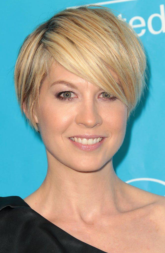 Jenna Elfman swept her cropped 'do to the side.