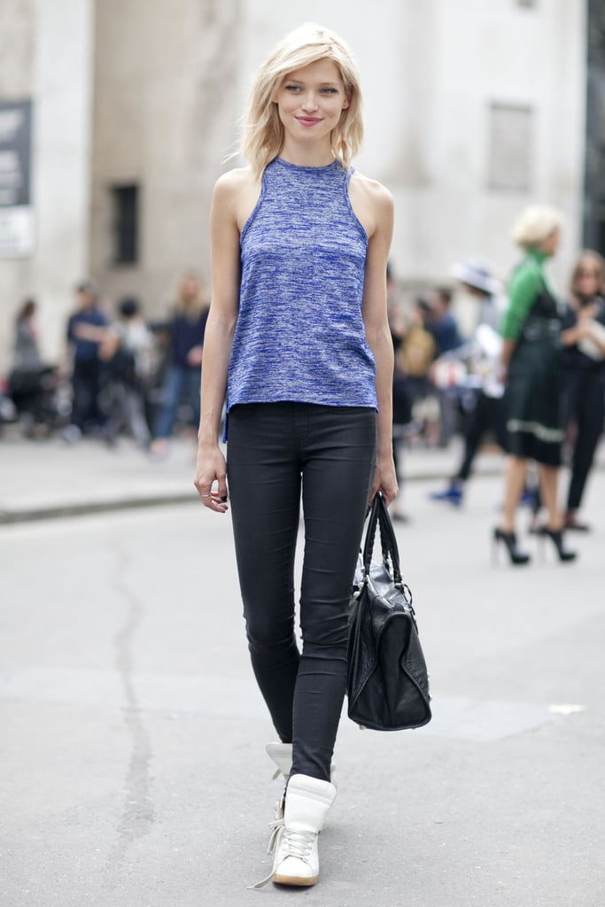 Black skinnies, tank, and sneakers? It's just another day at work for this easy dresser.