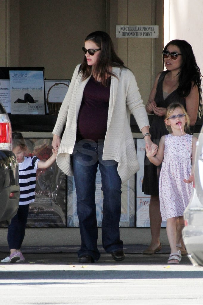 Jennifer Garner hung out with daughters Violet and Seraphina.