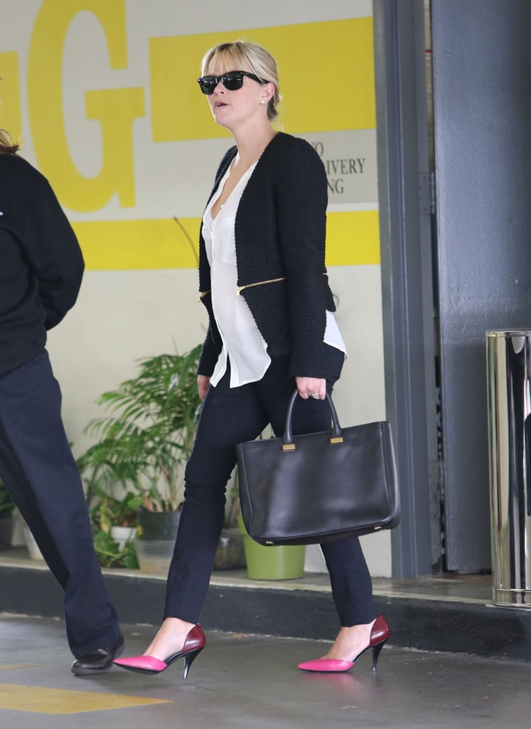 Reese Witherspoon carried a black bag.