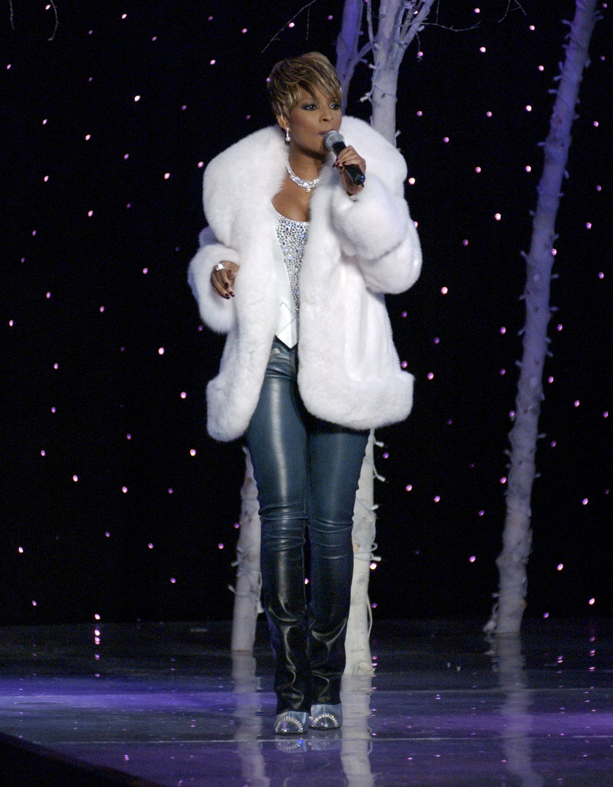 Mary J. Blige performed in a white coat and leather pants in 2001.