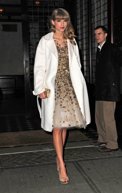 Right down to her white coat, Taylor Swift's Oscar de la ...