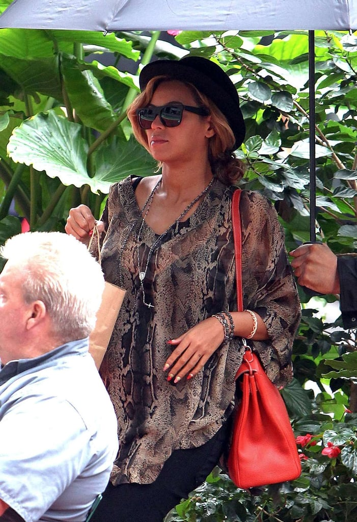 Beyoncé Knowles carried a bold, red bag.