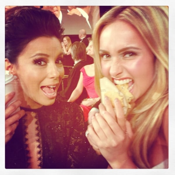 Eva Longoria and Hayden Panettiere munched on cookies during the Golden Globes. Source: Twitter user haydenpanettier