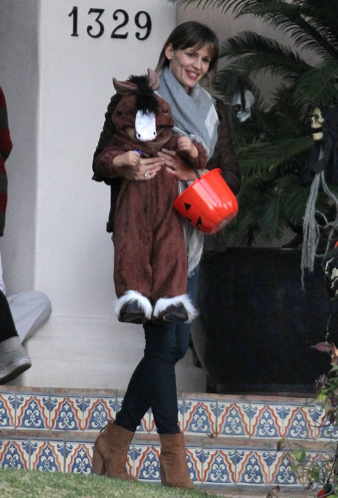 Jennifer Garner carried Samuel Affleck down a few steps.