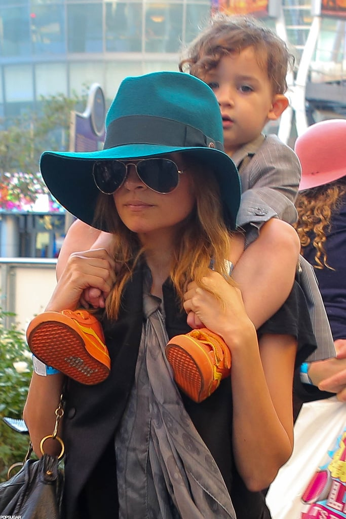 Nicole Richie gave Sparrow Madden a ride on her shoulders.
