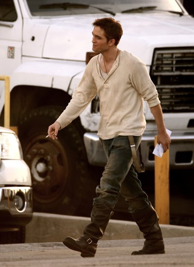 Pictures of Robert Pattinson on Water For Elephants Set 2011-01-15 09:42:59