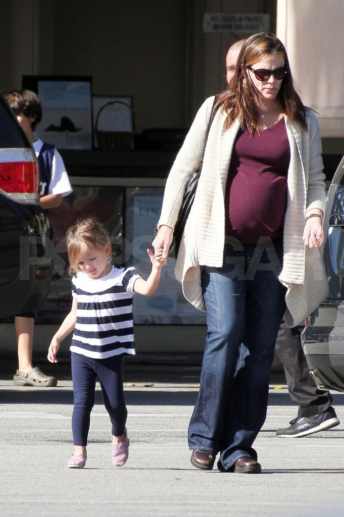 Pregnant Jennifer Garner Hangs Out at the Beach With Violet and Sera
