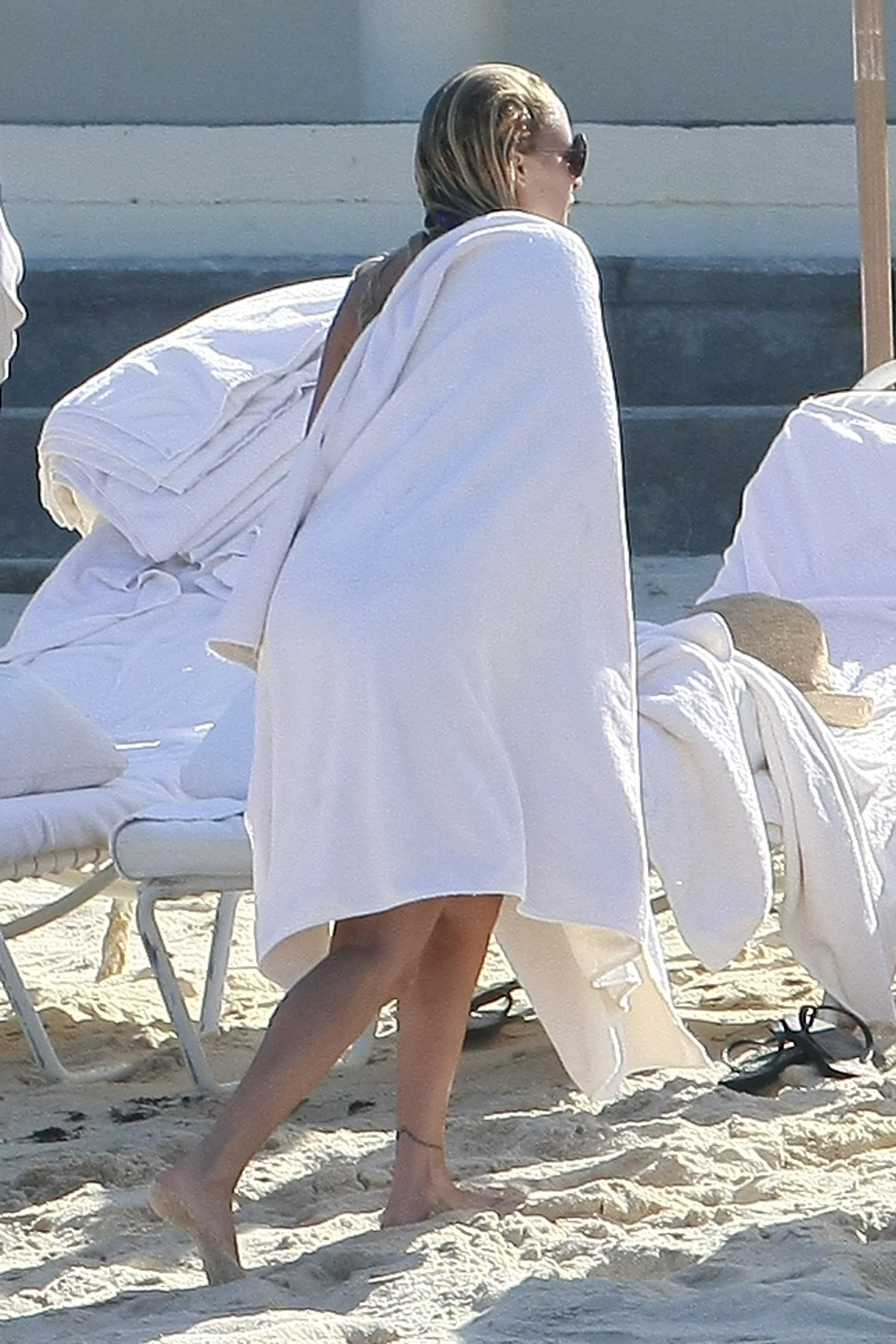 Nicole Richie warmed up in a towel.