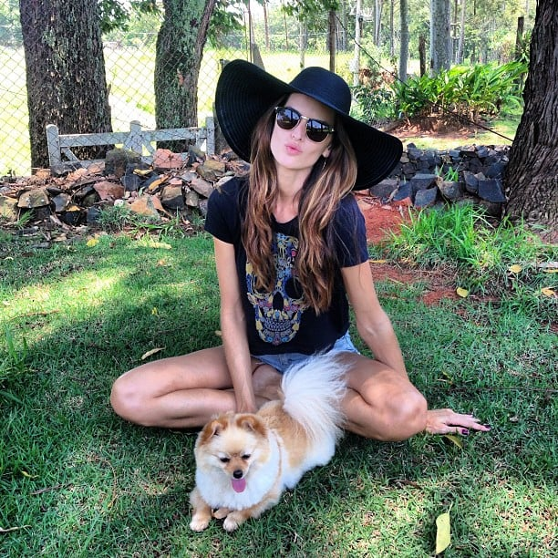 Izabel Goulart chilled out with her pup. Source: Twitter user iza_goulart