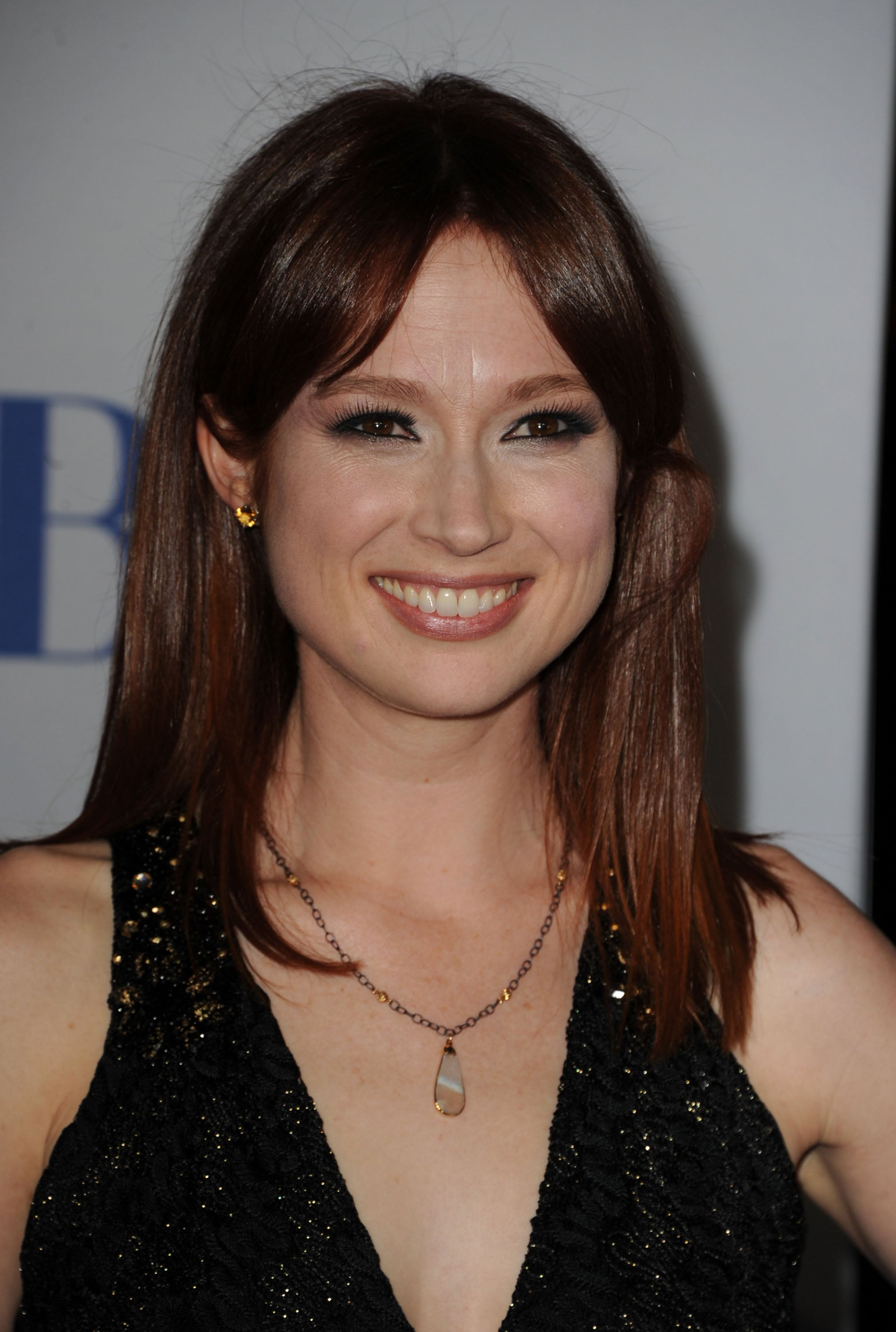 Ellie Kemper in black at the People's Choice Awards.