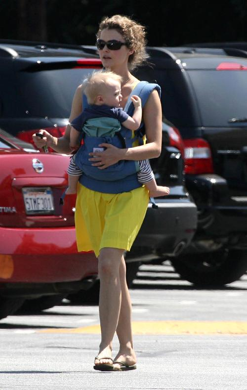 The always adorable Keri Russell and River Deary brightened up the streets with the burst of yellow and smiles.