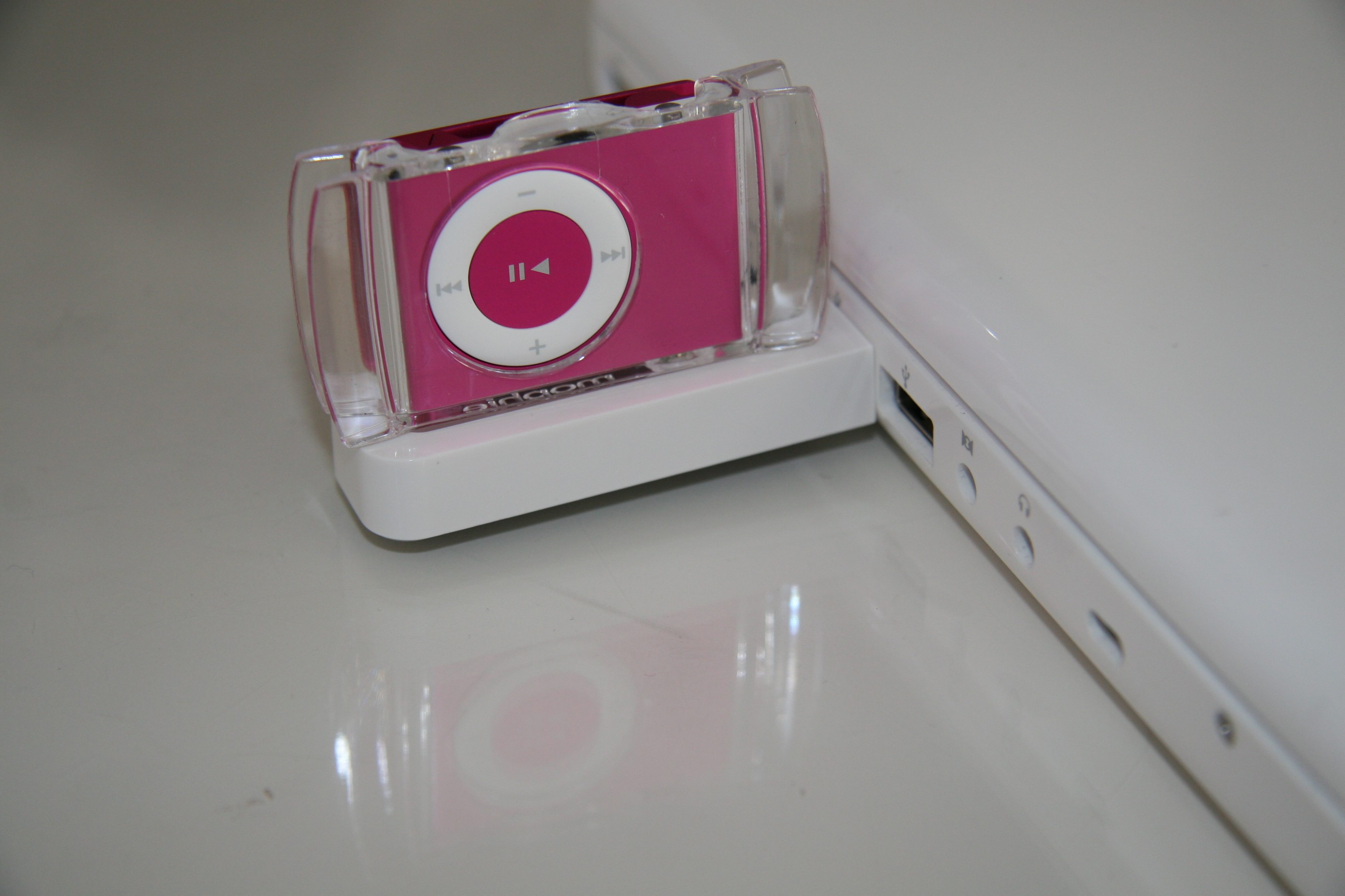 Geeksugar Tests The USB Travel Dock for iPod Shuffle