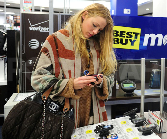 Pictures of Blake Lively Shopping For a Phone in NYC ...