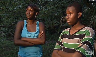 Mom Hits Teenage Bully (VIDEO)