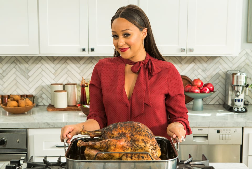 PopsugarLivingCooking TipsTia Mowry Cooking Tips10 Tips From Tia Mowry That'll Make You a Better CookApril 2, 2016 by Erin Cullum224 SharesImage Source: Facebook user Tia MowryYou know Tia Mowry as one half of the twins on Disney Channel's beloved '90s show Sister, Sister, but did you know she's now a mother and a cook? She stars in her own show, Tia Mowry at Home on the Cooking Channel, where she shares her best recipes and entertaining tips. Beyond Tia's adorable family photos that she regularly shares with her fans online, she also shares useful cooking tips for any home cook, and don't even get us started on her recipes — they're legit. Here's what we've learned from her. For extracreamy macaroni and cheese, use a can of cream of mushroom soup. That's the secret ingredient in Cory's famous mac and cheese.Cut the carbs in pizza by making cauliflower crust.A photo posted by tiamowry (@tiamowry) on Jan 20, 2016 at 5:04pm PSTAdd almond butter to brownies for a unique nuttiness.Make pumpkin cheesecake a lot - 웹