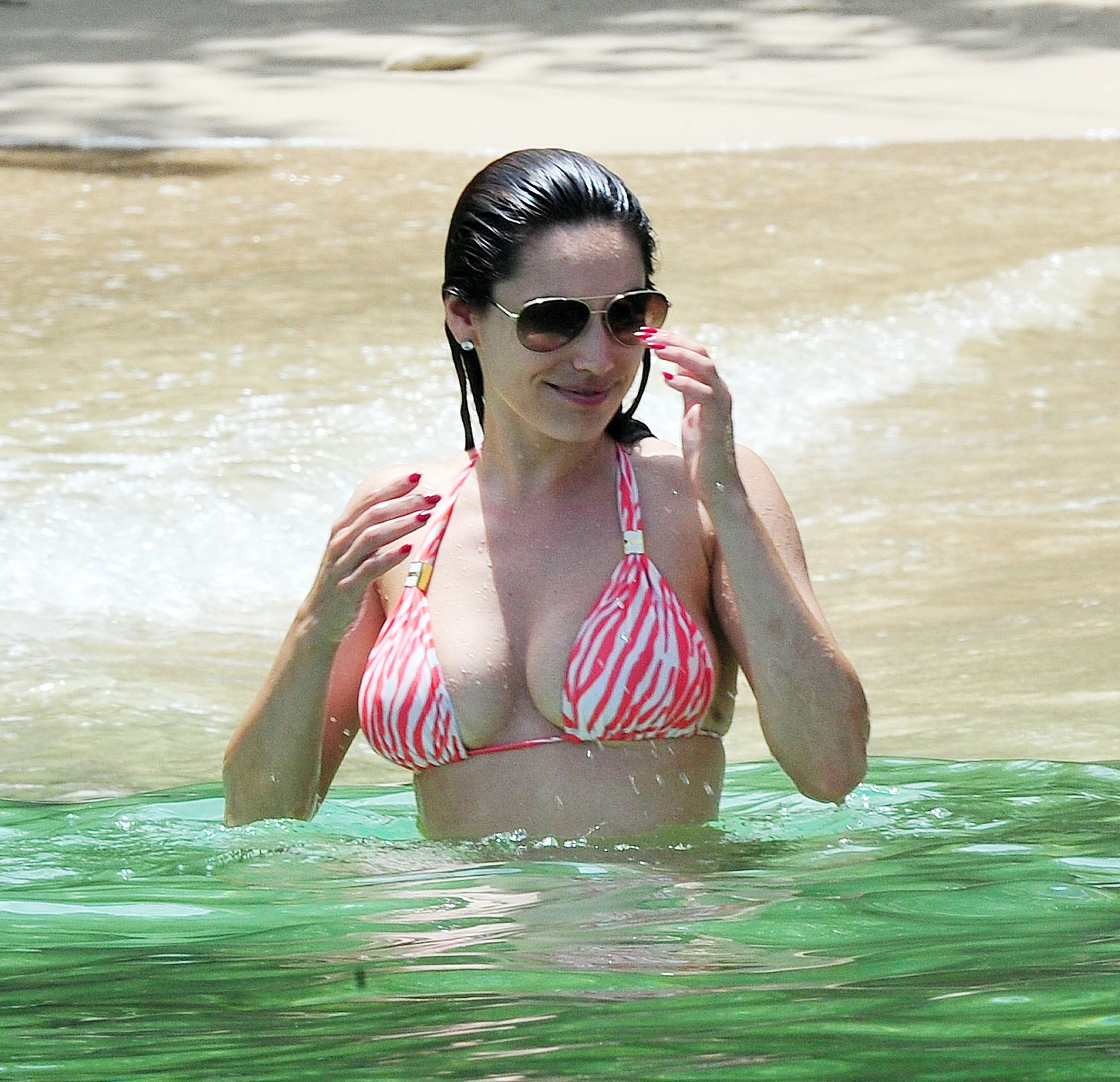 Kelly Brook in Patterned Bikini on the beach in Thailand Pic 7 of 35