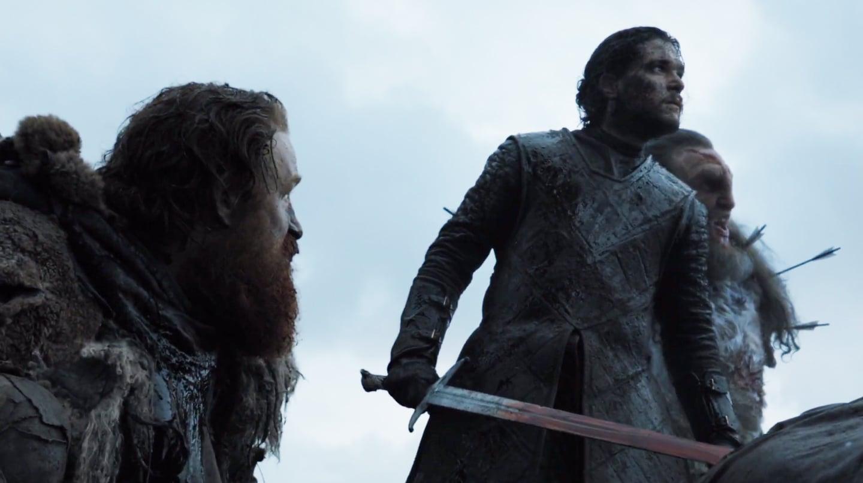 Tormund abaixado olhando para Jon