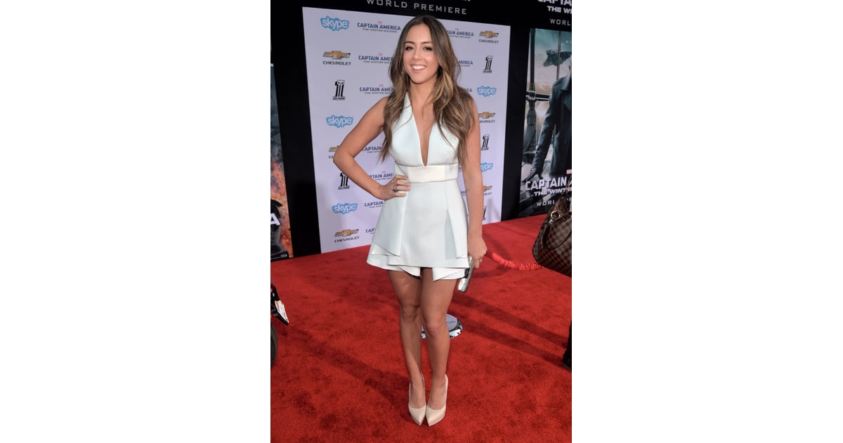 chloe bennet trug ein wei es kleid mit tiefem ausschnitt scarlett. Black Bedroom Furniture Sets. Home Design Ideas