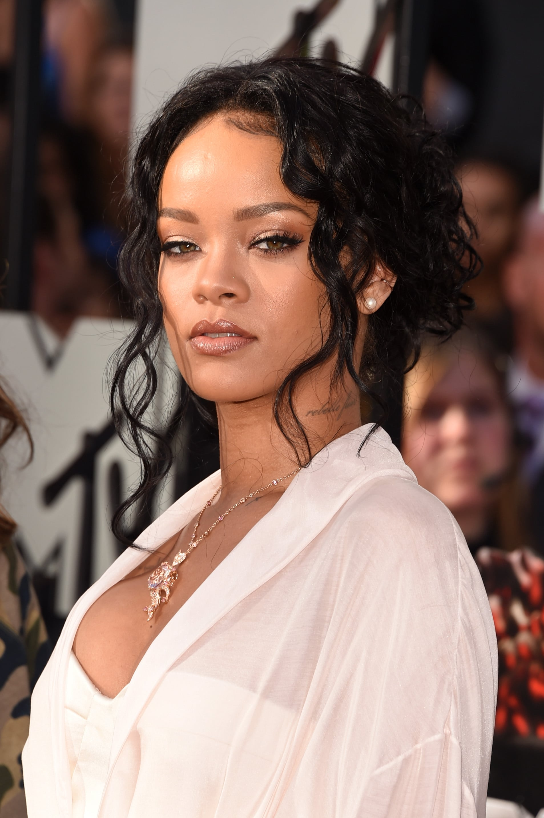 rihanna hair style rihanna s hair and makeup at mtv awards 2014 6140